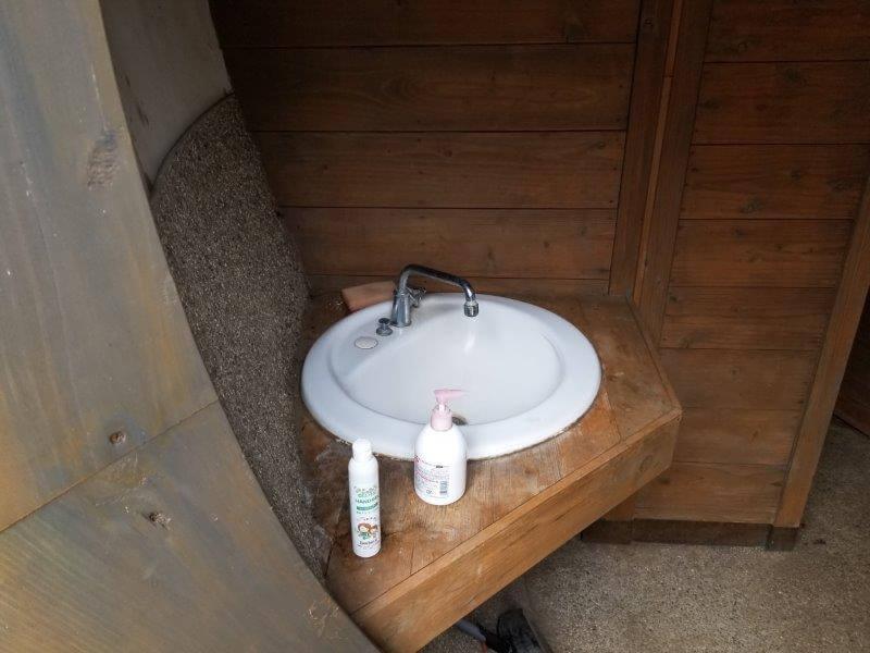 風の里キャンプ場 虫の広場にあるどんぐりトイレの手洗い場