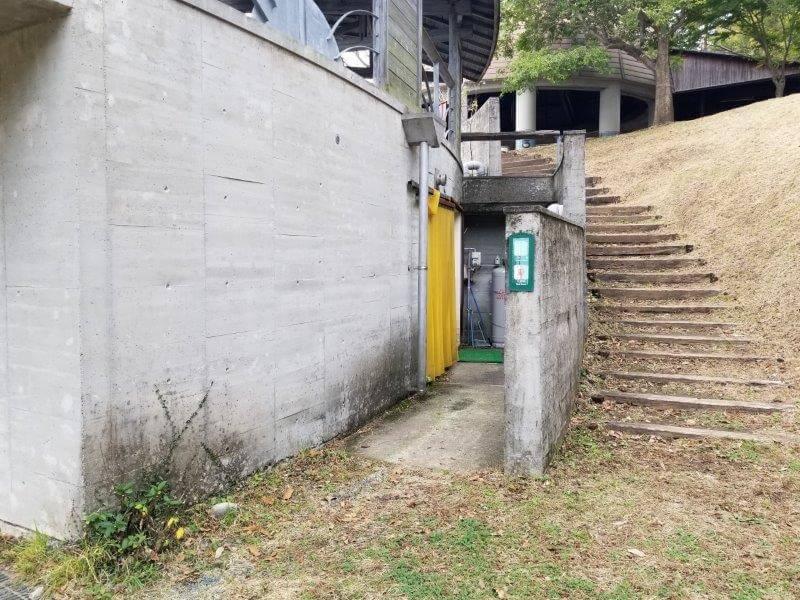 風の里キャンプ場 野外ステージにあるトイレ・シャワー入口