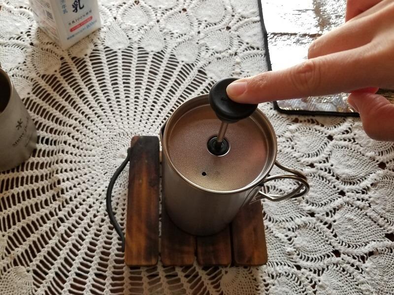 スノーピーク「チタンカフェプレス」で濃厚ミルクティを淹れる(ゆっくりプレス)
