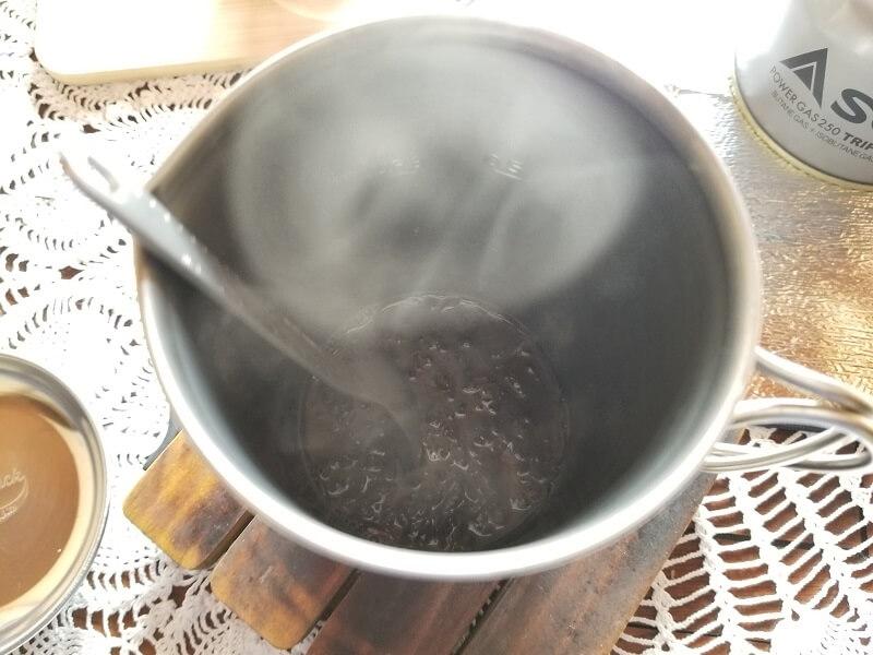 スノーピーク「チタンカフェプレス」で濃厚ミルクティを淹れる(茶葉を入れてかき混ぜる)