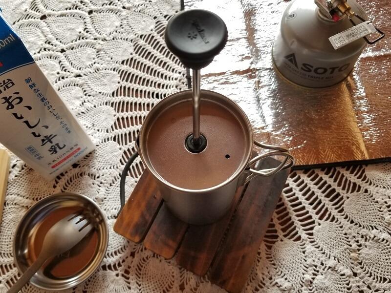 スノーピーク「チタンカフェプレス」で濃厚ミルクティを淹れる(蓋をして3分待つ)