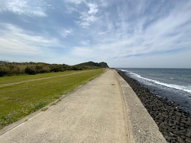 【糸島ピクニックビレッジオートキャンプ場】テントサイト横には堤防と歩道がある