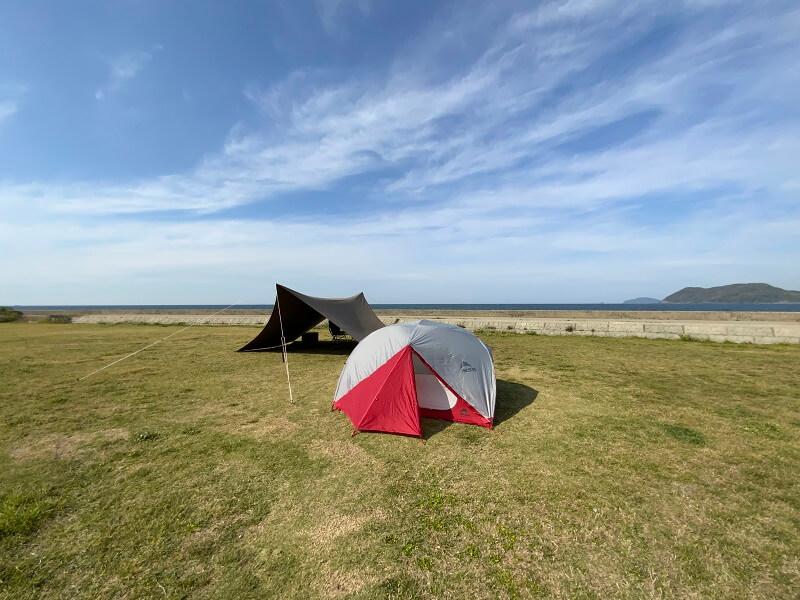 【糸島ピクニックビレッジオートキャンプ場】テントサイトは海のすぐ目の前
