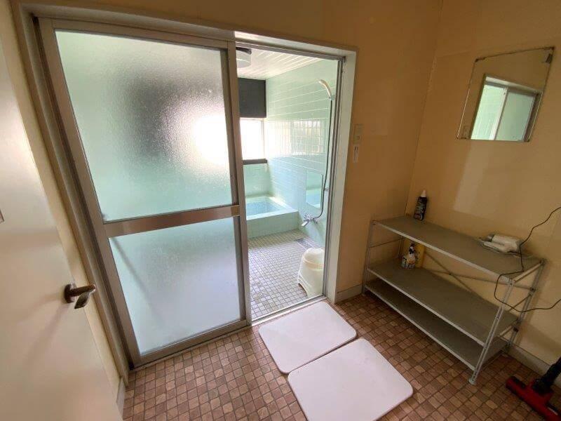 【糸島ピクニックビレッジオートキャンプ場】シャワールームの脱衣スペース