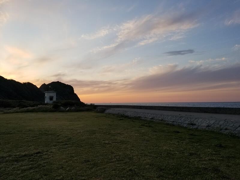 【糸島ピクニックビレッジオートキャンプ場】テントサイトと芥屋の大門(夕焼けバージョン)