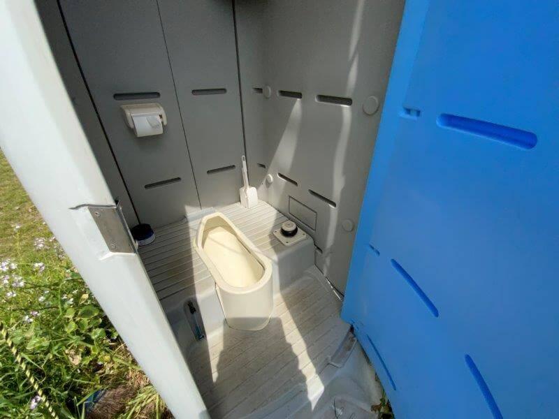 【糸島ピクニックビレッジオートキャンプ場】テントサイトにある簡易トイレ