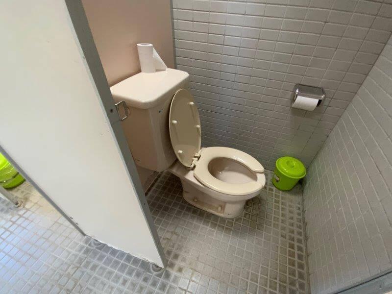 大崎自然公園キャンプ場 オートサイトにある洋式トイレ