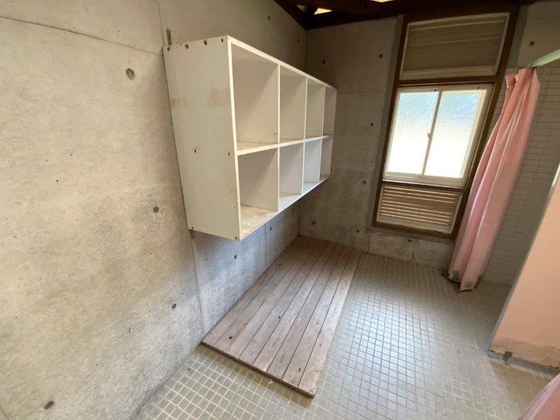 大崎自然公園キャンプ場にあるシャワールーム 脱衣スペース