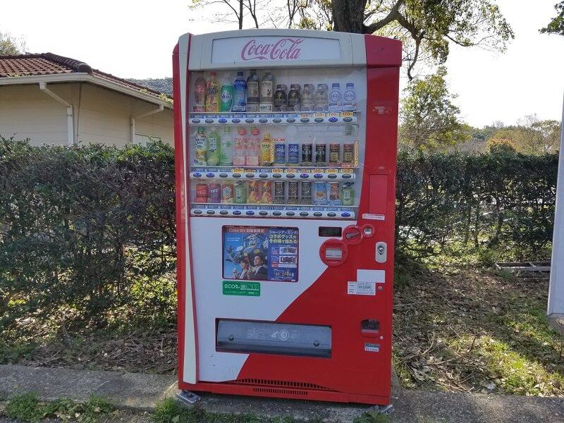 大崎自然公園キャンプ場の駐車場にある飲料の自動販売機