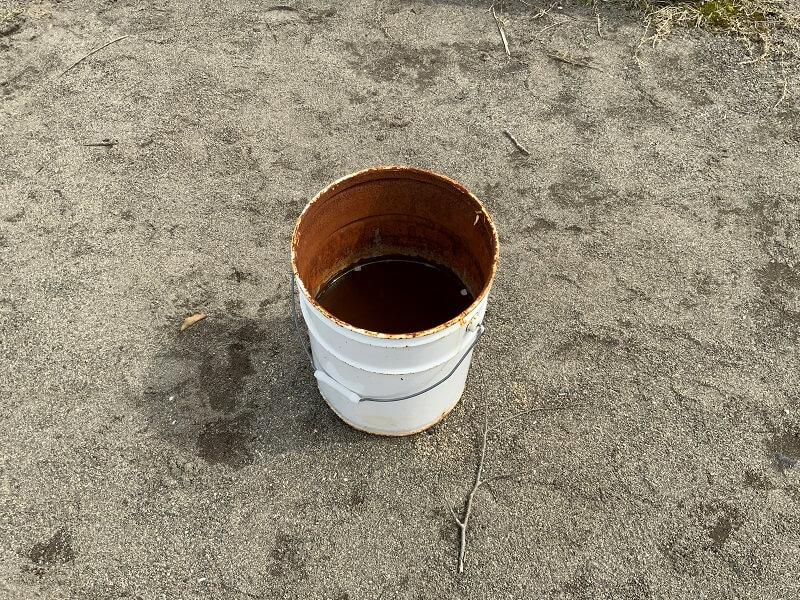 【ひなもりオートキャンプ場】遊び終わった花火は備え付けられた缶に捨てます