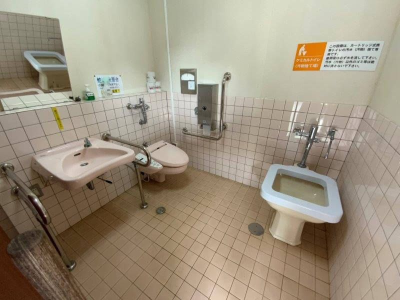 【ひなもりオートキャンプ場】サニタリーハウスAの車イス用トイレ