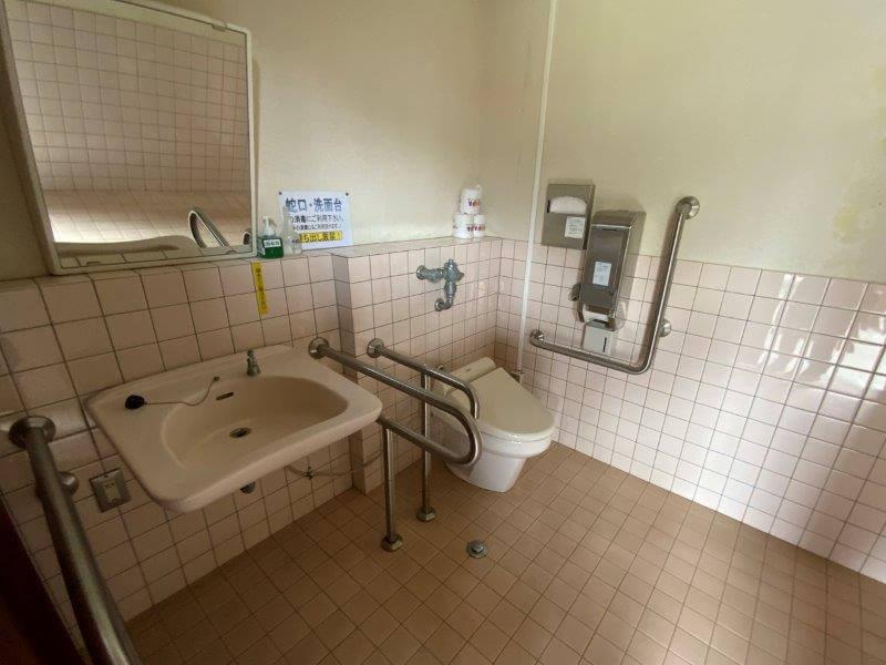 【ひなもりオートキャンプ場】サニタリーハウスBの車イス用トイレ