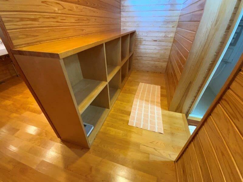 【ひなもりオートキャンプ場】サニタリーハウスAのシャワールーム内脱衣スペース