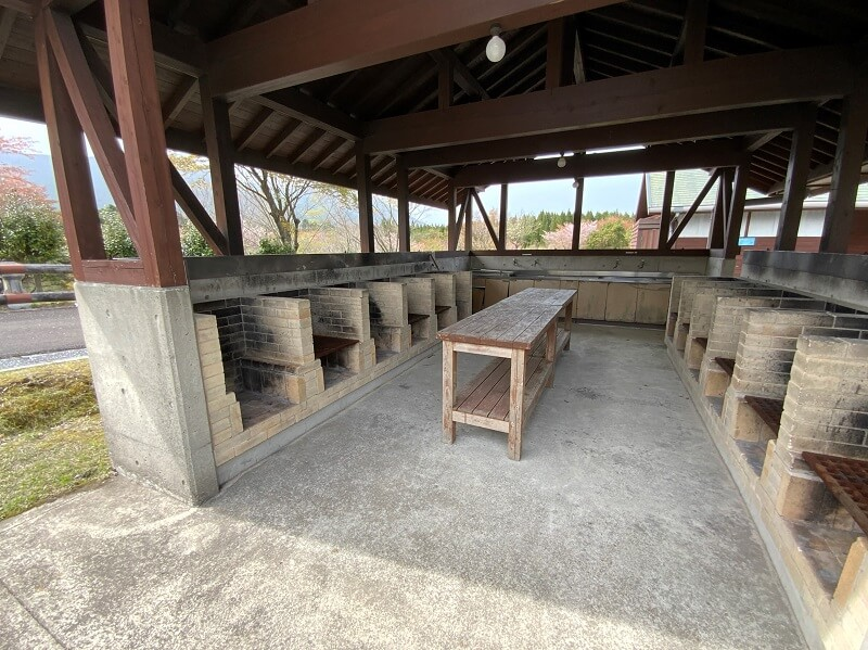 【ひなもりオートキャンプ場】サニタリー棟Aにある炊事棟の野外炉
