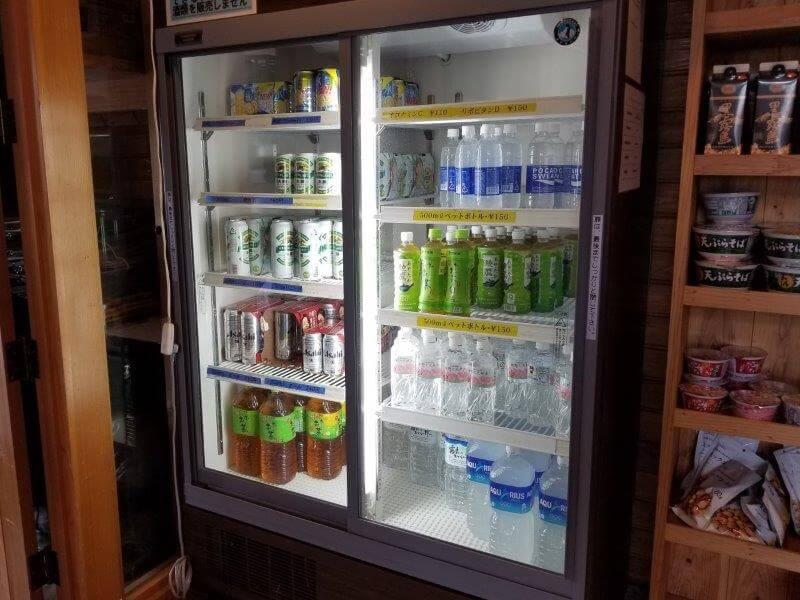 【ひなもりオートキャンプ場】センターハウス内の売店にはお茶やお酒などのドリンクが充実している