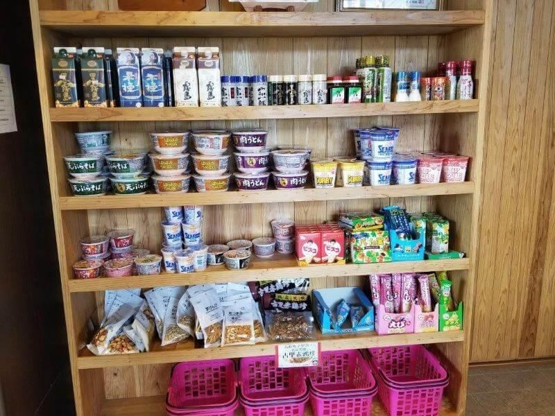 【ひなもりオートキャンプ場】センターハウス内の売店にはカップ麺やお菓子も種類豊富にある