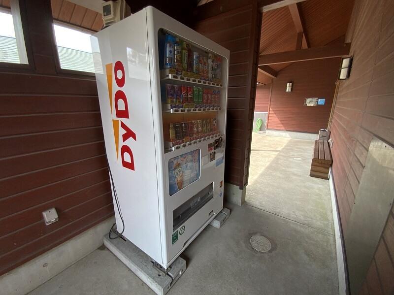 【ひなもりオートキャンプ場】サニタリー棟に飲料の自動販売機がある