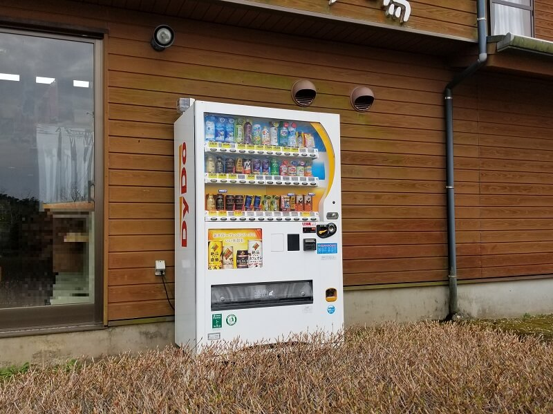 【ひなもりオートキャンプ場】センターハウス横に飲料の自動販売機があります