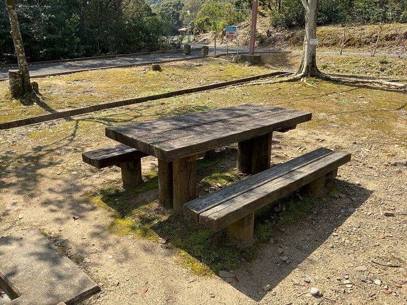 【大崎自然公園キャンプ場】オートサイトの木製テーブル