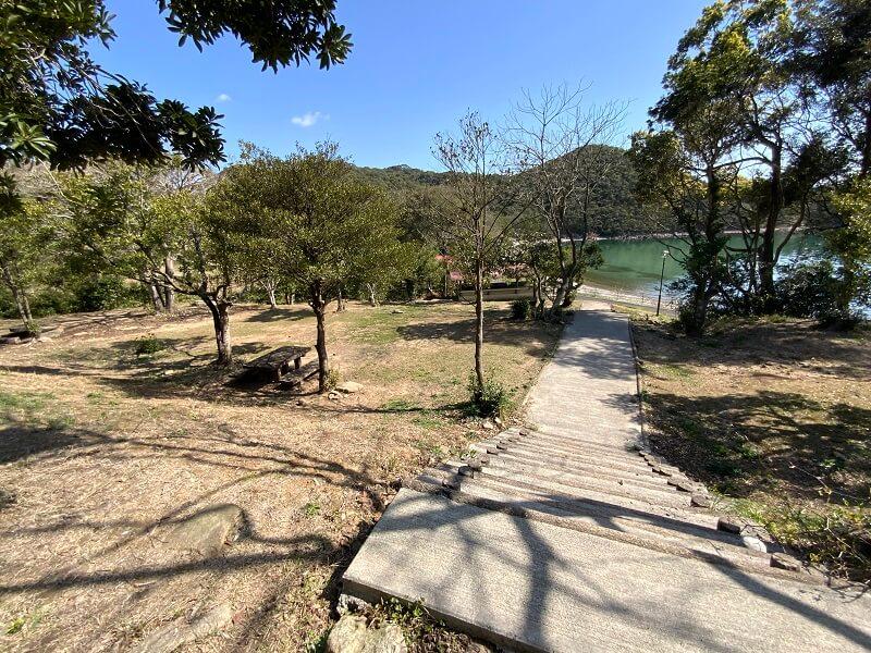 【大崎自然公園キャンプ場】フリーサイト 海側の階段サイト