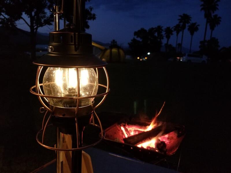 ベアボーンズ「レイルロードランタンLED」は調光可能な暖色ライト
