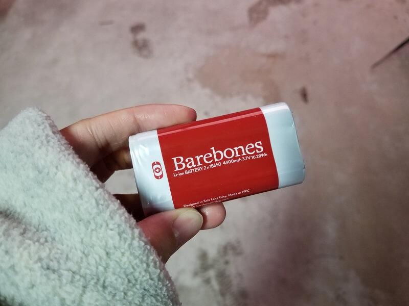 ベアボーンズ「レイルロードランタンLED」のリチウムイオン電池