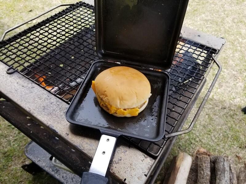 【ひなもりオートキャンプ場の旅行記】チーズバーガーをトーストサンドパンに挟んで焼く