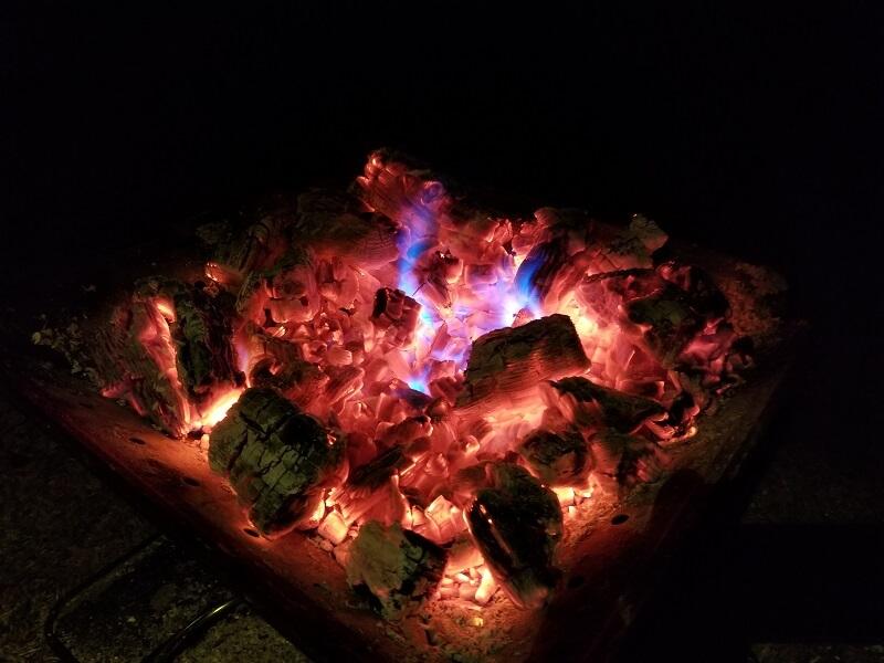 【ひなもりオートキャンプ場の旅行記】熾火もカラフルになる