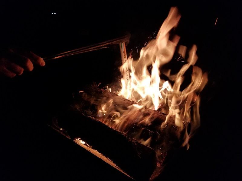 【ひなもりオートキャンプ場の旅行記】レインボーフレームスティックを焚火に投入