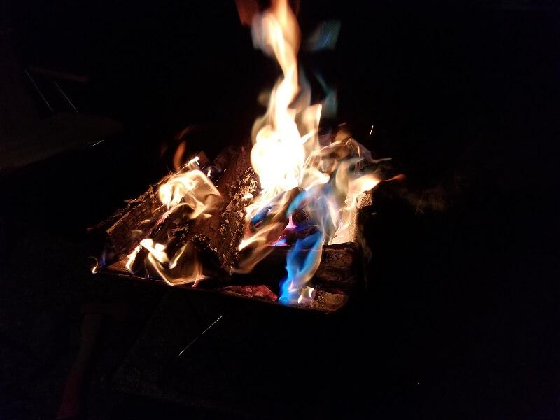【ひなもりオートキャンプ場の旅行記】カラフル焚き火を楽しむ