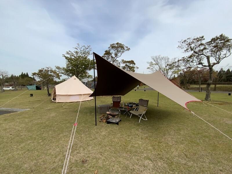 【ひなもりオートキャンプ場の旅行記】陽が出てきたのでタープを張った