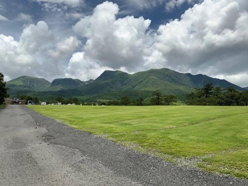 くじゅう花公園 オートキャンプサイトからくじゅう連山が一望できる