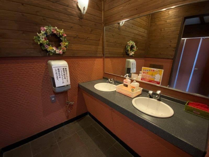 くじゅう花公園 オートキャンプ場 花公園入口近くのトイレにある手洗い場