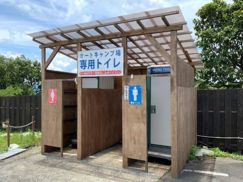 くじゅう花公園 オートキャンプ場 サイト近くの簡易トイレ
